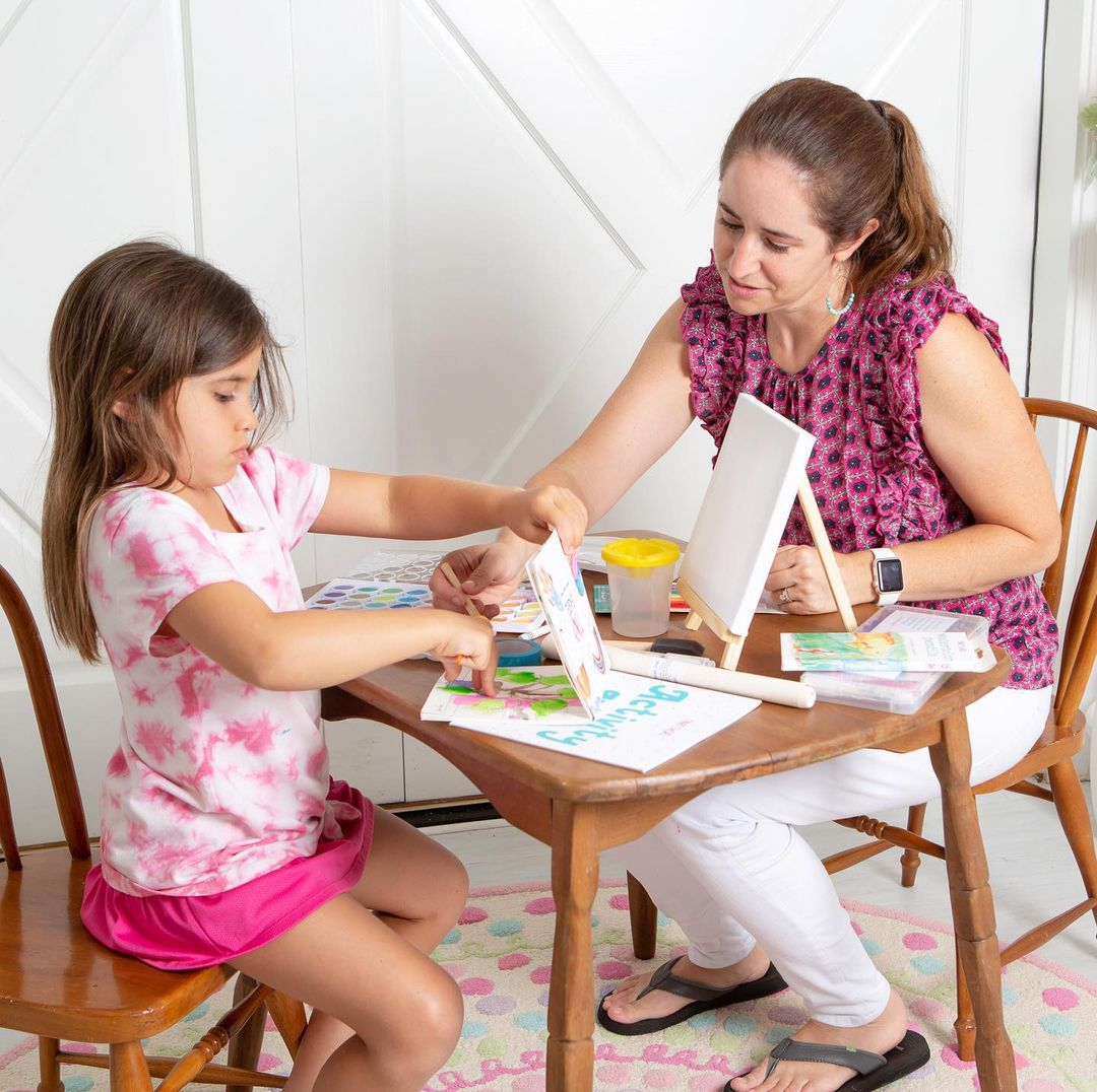Jennifer helps daughter Elizabeth with her artwork.